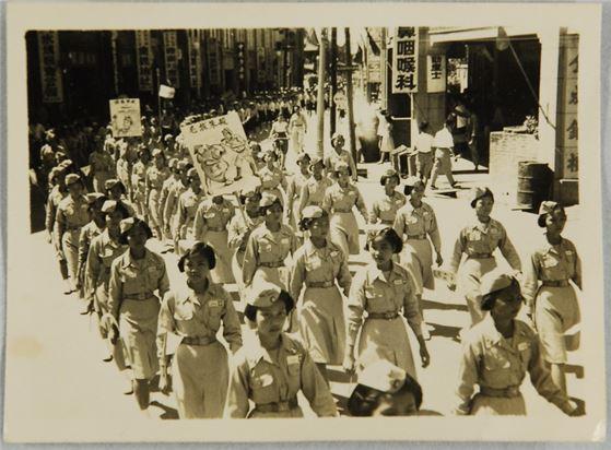 彰化地區慶祝國慶遊行彰女大隊手持「殺朱拔毛」宣傳牌。(林漢章捐贈、本館館藏)