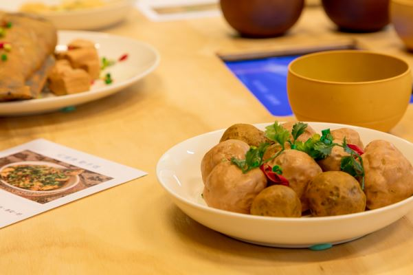 飯桌上以模型搭配說明與影片,敘說飲食記憶。