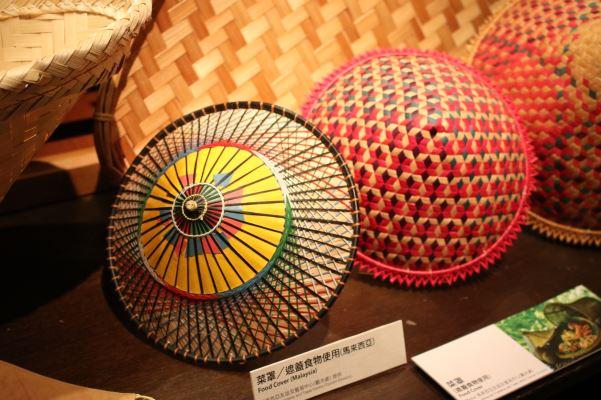 展覽展出的馬來西亞竹編菜罩,不僅可以拿來覆蓋菜餚,相當實用,也以獨特的紋路編織而成,色彩繽紛