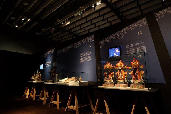 「成神之前」單元-神像的製作單元從紙、土、木、石、金與其他等材質神像,說明神像有形形象的塑造
