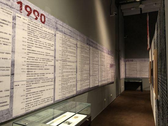 沿著牆面分布的社會運動大事年表,搭配文物、簡要地梳理了戰後臺灣社會運動的發展脈絡。
