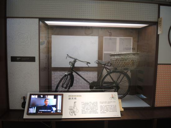 「菊鷹牌」腳踏車,是謝天祐為了養活一家人的重要生財工具,更見證了早期臺南市物產販售的網絡關係。