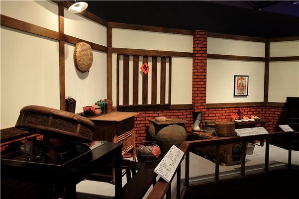 以館藏文物重現傳統灶腳,呈現食物烹調、分享的場景,並勾連觀眾闔家共餐的早期生活記憶。