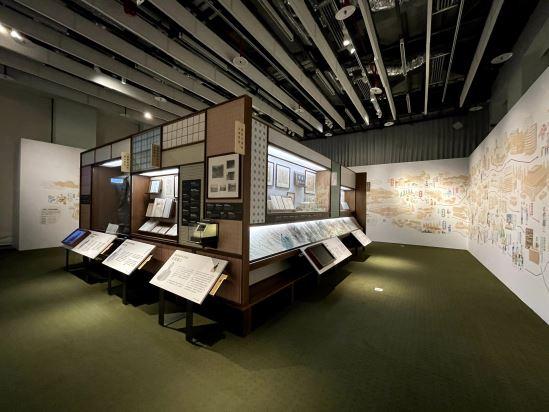 三面大牆特別繪製了9個人物的生命史圖繪,透過資訊圖像化方式,補充說明展件之外的人物故事。