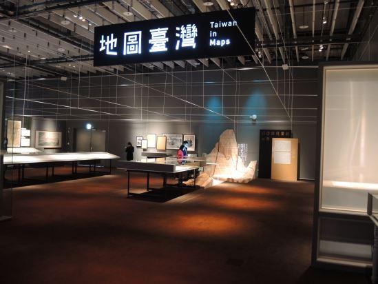 02.展場以經緯線作為縱貫全場的元素,讓觀眾有彷彿置身於地圖裡的世界觀。