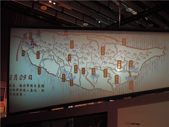 「拼圖二二八」的展場,透過動畫將二二八事件從1947年2月27日至5月16日的過程呈現出來。