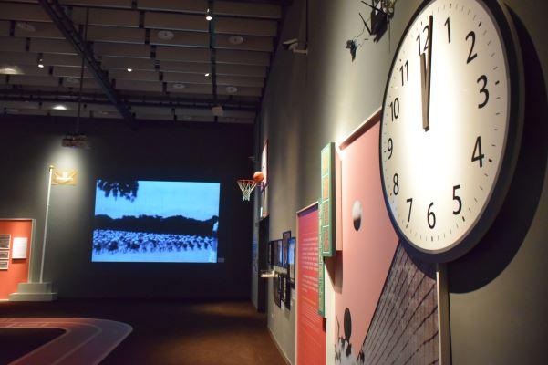 展場以時鐘,象徵不同的時間點中學生的不同生活作息,讓觀眾跟著校園生活的作息喚回校園生活記憶