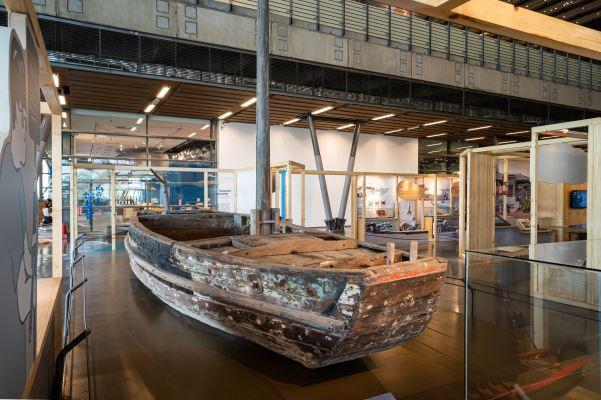悠揚晃蕩超過一甲子時間,最後晃進了臺史博展場大廳裡的單桅手撐船