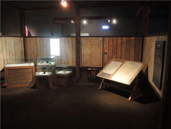 單元1.2日本的臺灣像,展區以日軍製圖室為概念,展出日本製作的一系列臺灣地圖
