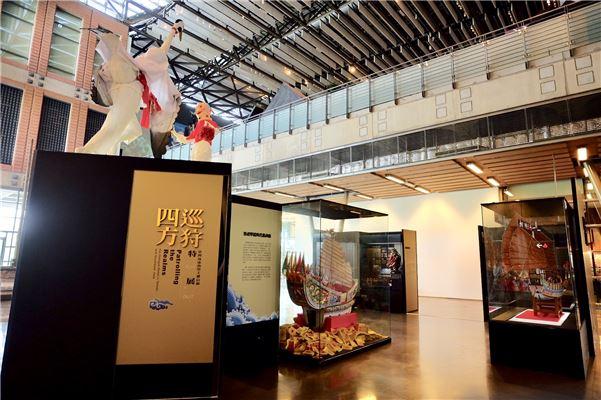 展覽中呈現木造王船模型與糊紙王船工藝