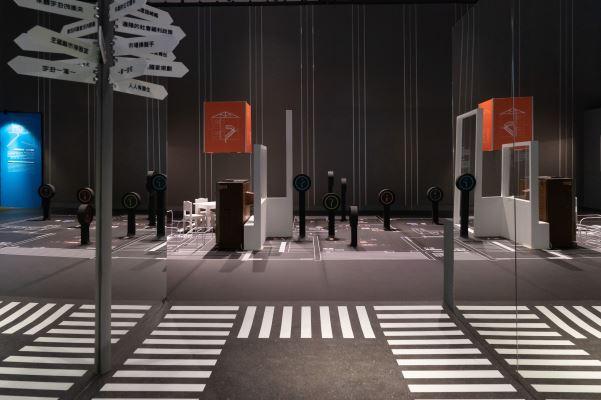 展場使用鏡子反射的效果,呈現政府的國宅政策在面對世界趨勢、人民需求,以及市場變異時宛如走在困境中的十字路口。