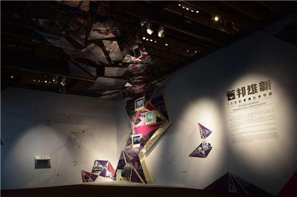 入口意象的燈片與輪播螢幕,透過片段的影像碎片讓觀眾拼湊出對於19世紀臺灣的想像。
