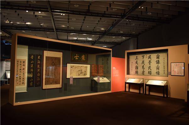 「清帝國統治下的臺灣」各單元以大型的文物作為動線端點視覺焦點,引導觀眾行進動線。
