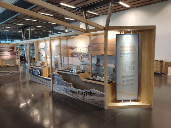 展覽以多層次的圖文堆疊,讓各單元圖文及展件突破框架述說故事