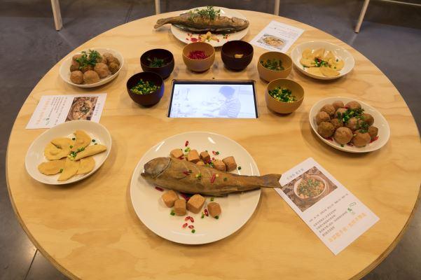開放式的飯桌搭配影象,邀請觀眾入席共饗飲食記憶。