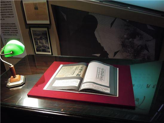 展場有設置辦公桌,想像當時政府的最高領導蔣中正的決策過程,上面放置著各式往返公文,說明派兵來臺灣的過程,以及事件之後,陳儀未受到任何咎責。