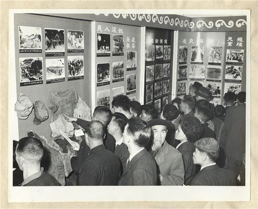 民眾踴躍參觀一項揭穿「共匪暴行」的資料展覽。(本館館藏)