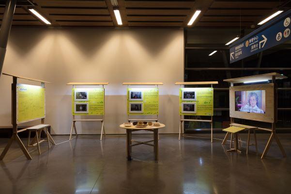 1樓大廳旁展場,以流轉的飯桌為題分享菜餚中人的移動與記憶。