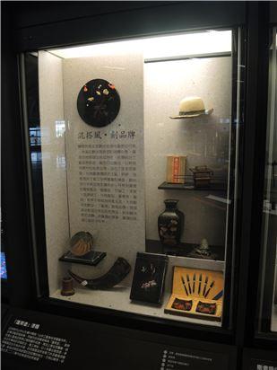 觀光旅行手冊及商家廣告中,可見到臺灣的藺草製品、藤製品、竹細工、漆器、金銀細工、牛角製品、蕃產物、蜜餞、和菓子等成為特產名品,大受觀光客歡迎。