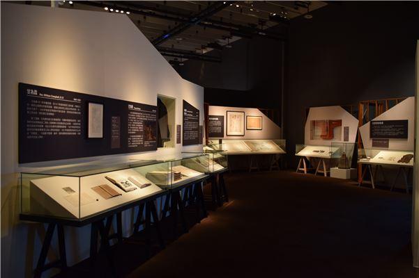 展覽的區域以單一動線引導觀眾參觀,並以降低高度的展櫃及斜角的繃布臺提升易視性,便於觀看。