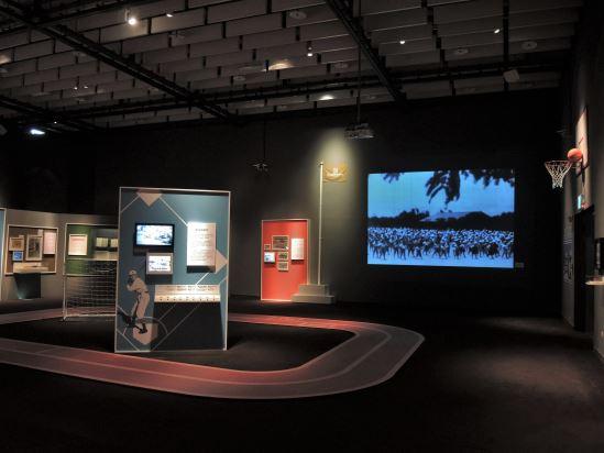 「揮灑青春:我的校園記憶」以操場的示意場景搭配日本時代校園影像與主題式展示,喚起觀眾求學記憶