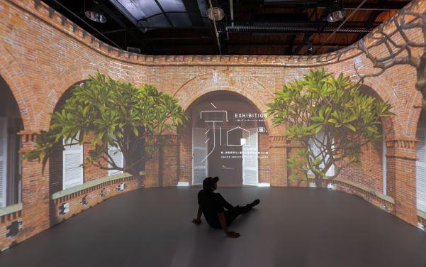 環景投影帶領觀眾穿越家屋的片片風景,看見「家」的各種面向以及人與家的親密關係。