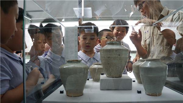 南一中文物館豐富的安平壺館藏,讓小朋友們看得目瞪口呆