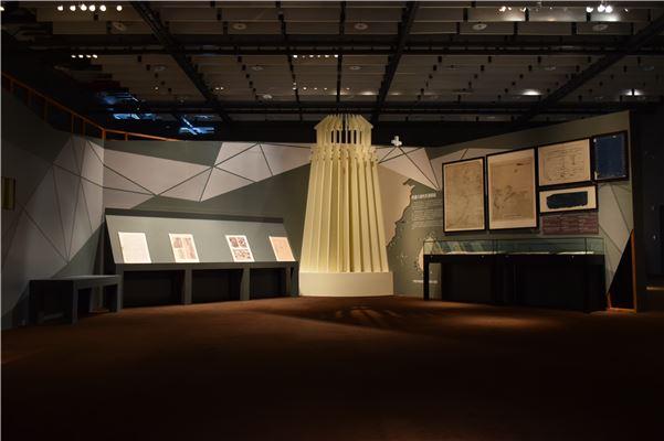 「臺灣的機會與挑戰」中以燈塔造景作為視覺焦點,吸引觀眾走近觀看展覽並閱讀19世紀的畫報,瞭解當時西方人對於臺灣的紀錄。