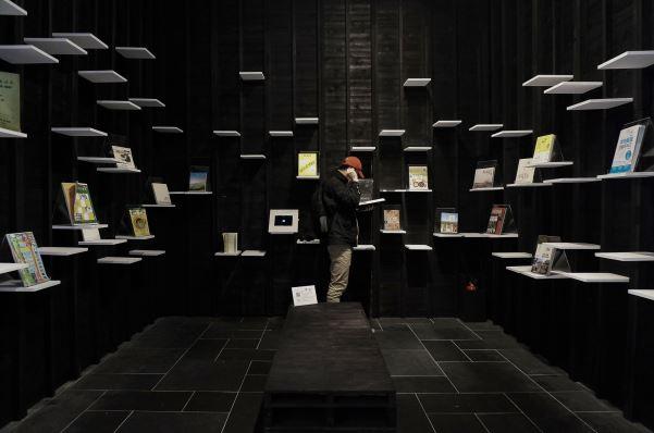 策展團隊在策展過程所蒐集的部分參考書籍,放置閱覽區提供參觀民眾延伸閱讀。