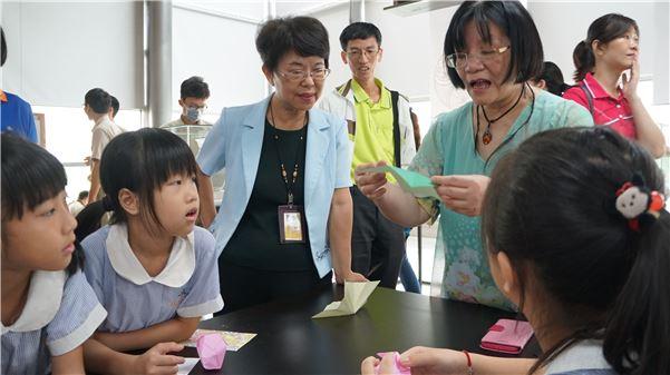 大人小孩一起參與摺紙互動
