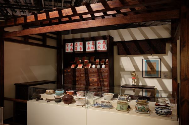 「食全大補」中以中藥鋪場景說明漢人藥補、食補的飲食概念,並搭配石頭菜介紹多樣藥膳。