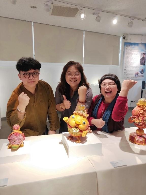 苗栗分館張翠玲分館長為二位工藝家陳宣亦、吳紫瑄加油