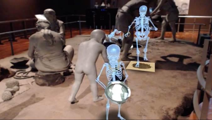 【相片】3D人骨說故事在展廳呈現的狀況。 在現場只能看到史前人生活的模型, 但在電視螢幕上卻能看到3D人骨和史前人在一起!