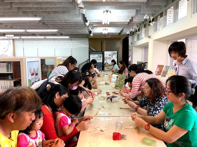許多小小朋友與大朋友一起通力合作手做稻草人!