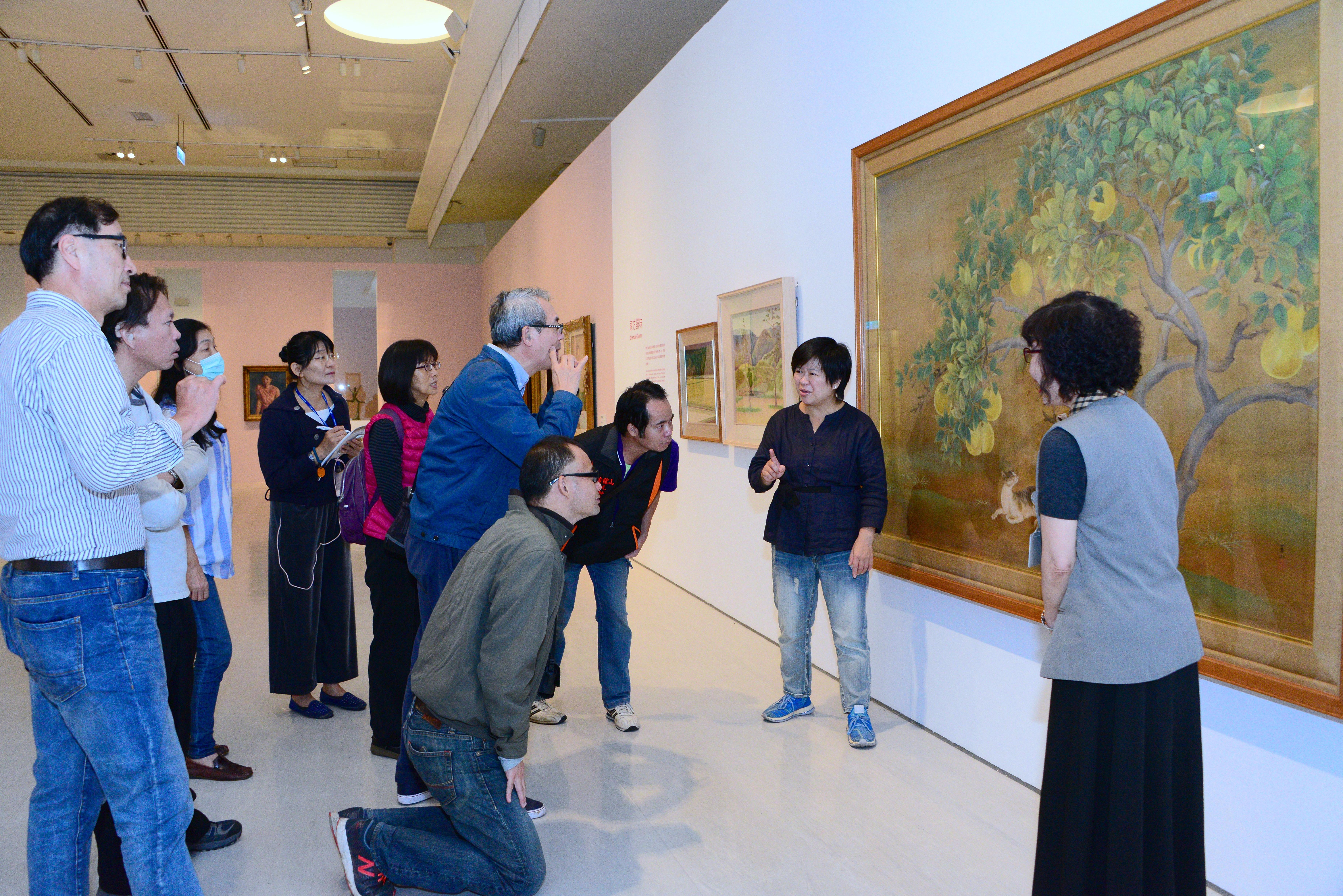 「聚合●綻放─臺灣美術團體與美術發展」常設展的第一場手語導覽解說,吸引一群愛好藝術的聽語障朋友到場觀賞。(照片)