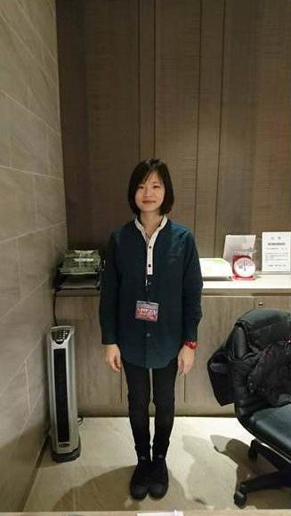 傳藝宜蘭園區遊客服務站服務人員的照片,穿著藍綠色襯衫