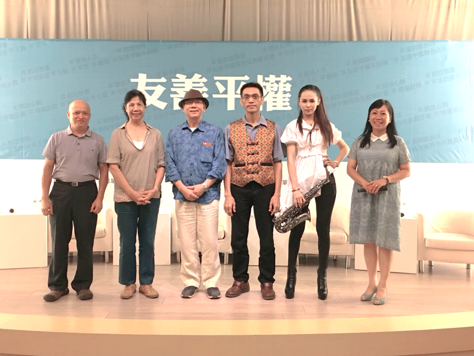 由左至右為黃英明老師、林墡瑛老師、陳景林老師、彭春林老師、胡庭玉老師、賴美媖主持人