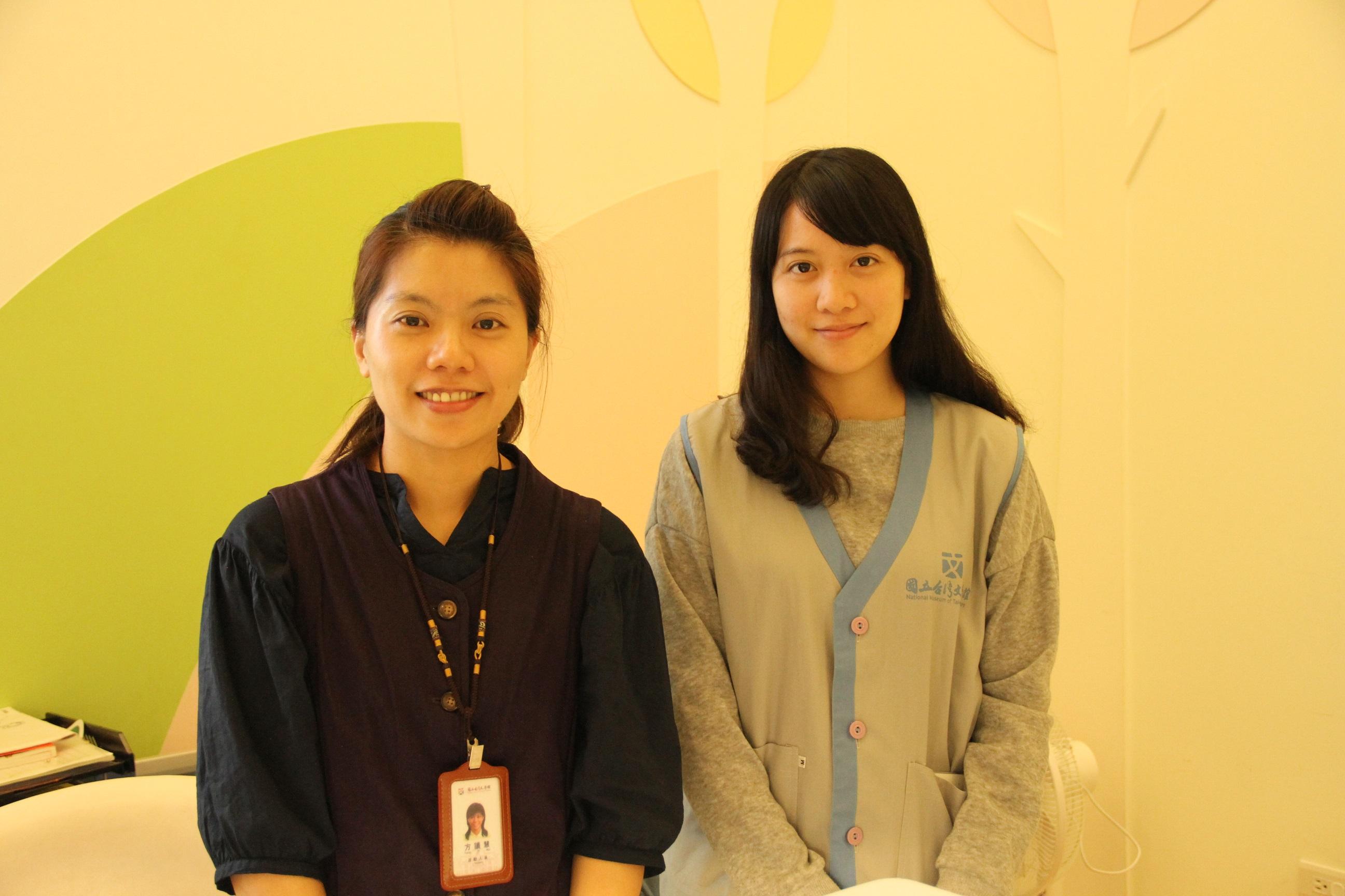 服務人員制服照片-館員穿紫色背心(左)+志工(右)
