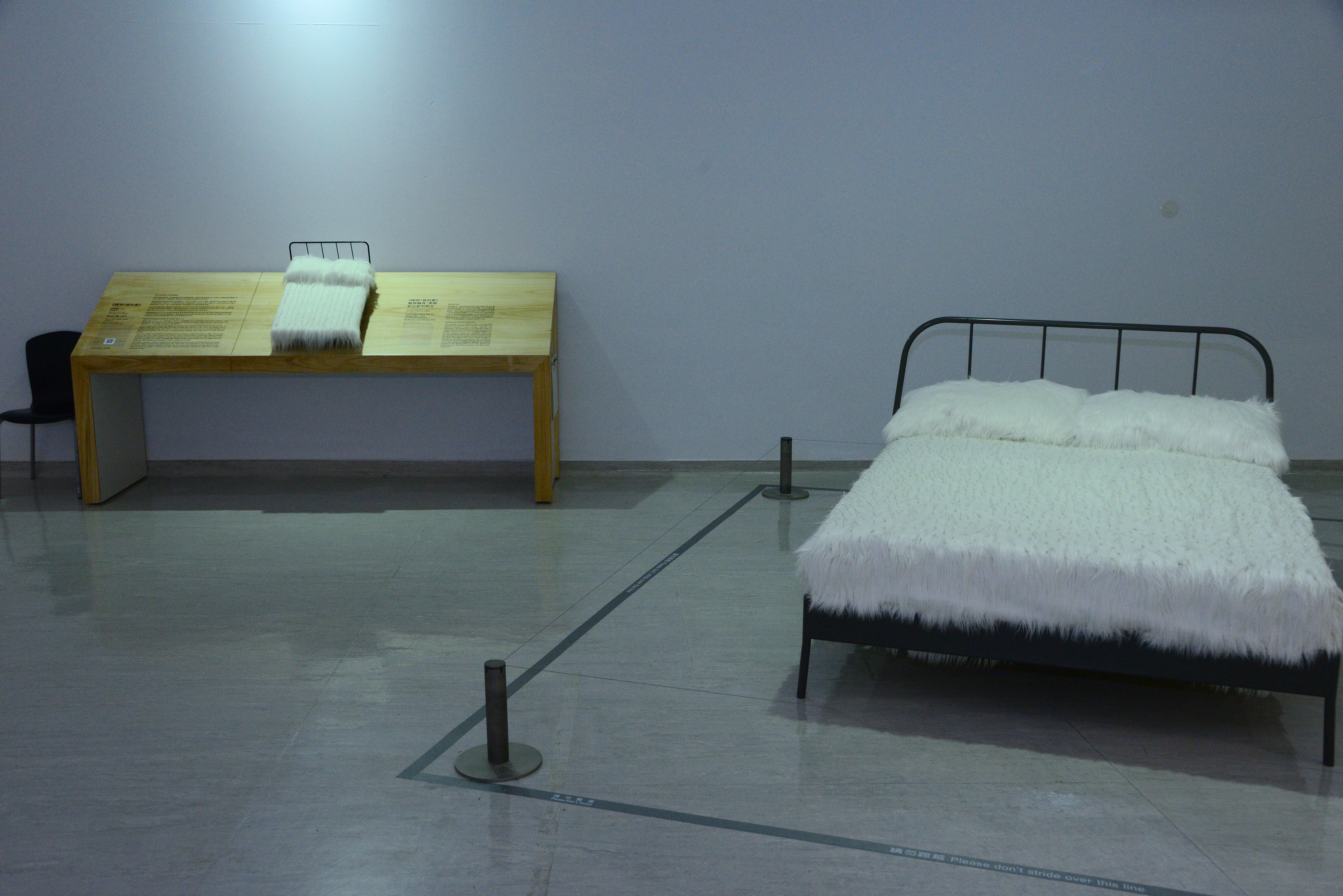 陳慧嶠《睡吧! 我的愛》裝置藝術作品及其原作的縮尺觸摸輔具。(照片) 原作藝術家使用房屋裡重要的生活物件「床」作為裝置素材,凸顯80年代藝術家創作的多元性,並提供民眾一個親身觸摸柔軟與尖銳對立並存的體感,觸發其觀念的多角萌生。