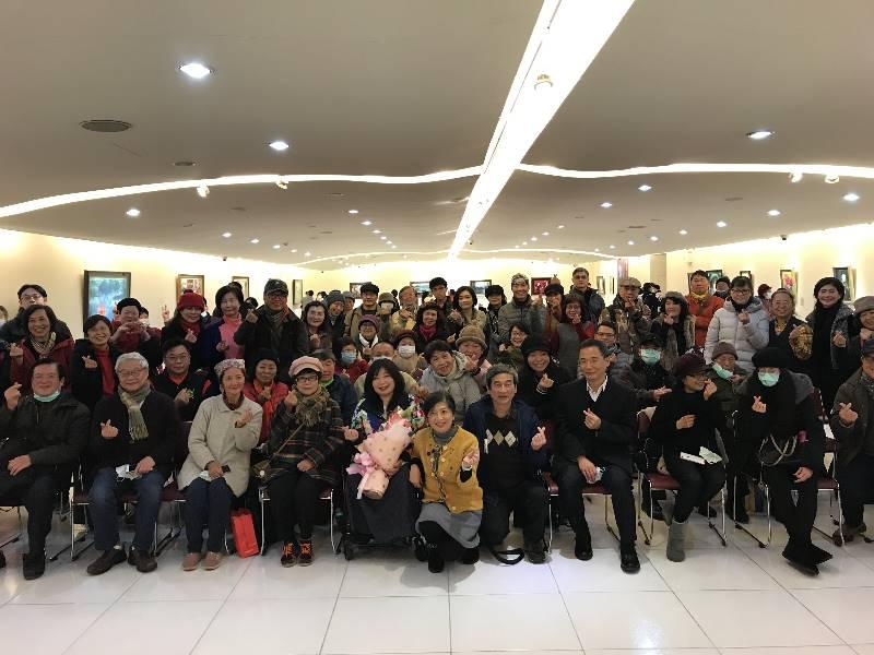 與會貴賓合影,前排左5起藝術家呂瓊慧,中正紀念堂人事室主任呂寶毅,國父紀念館展覽企劃組組長楊得聖。