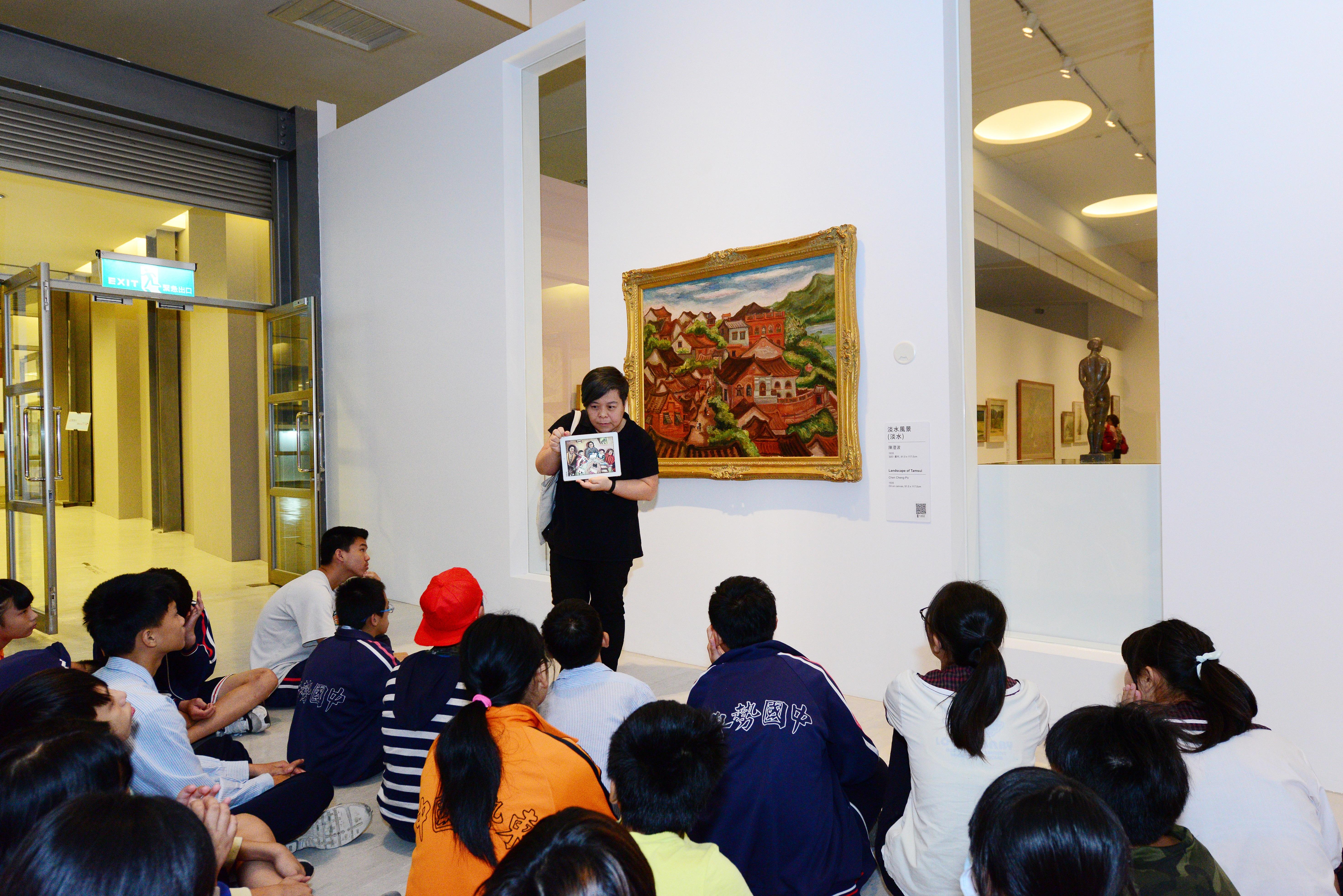 「肯定與接納的藝術行動─特教資源館校合作計畫」,活動包含作品欣賞討論與創作兩單元。圖為特教學員欣賞陳澄波《淡水風景》原作照片。