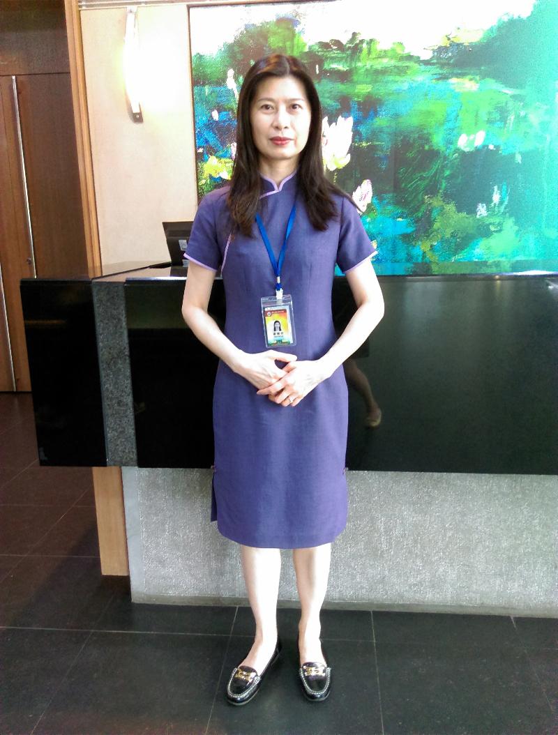 我們的服務人員照片,穿著紫色旗袍