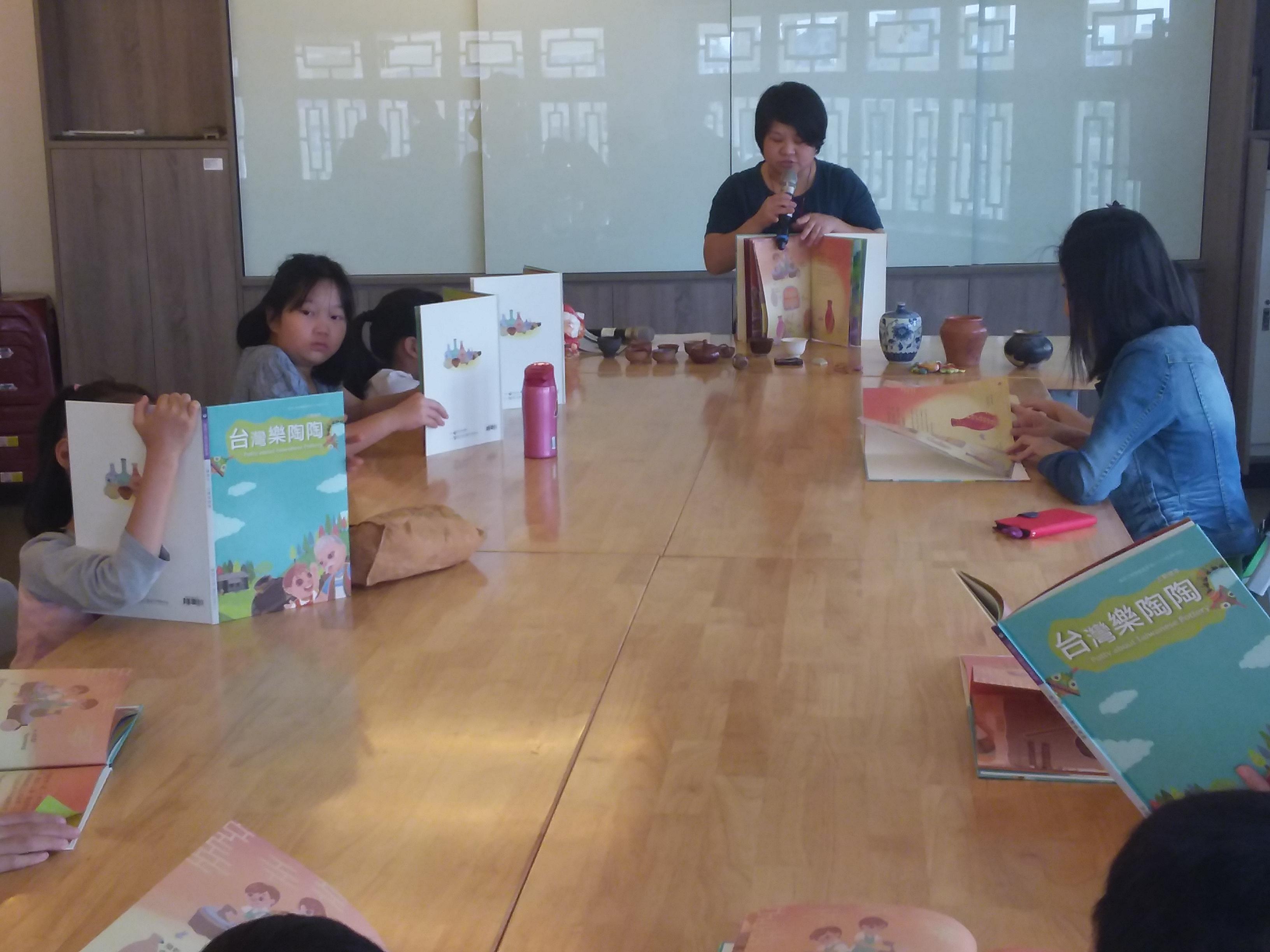 家長與小朋友欣賞有趣陶藝繪本