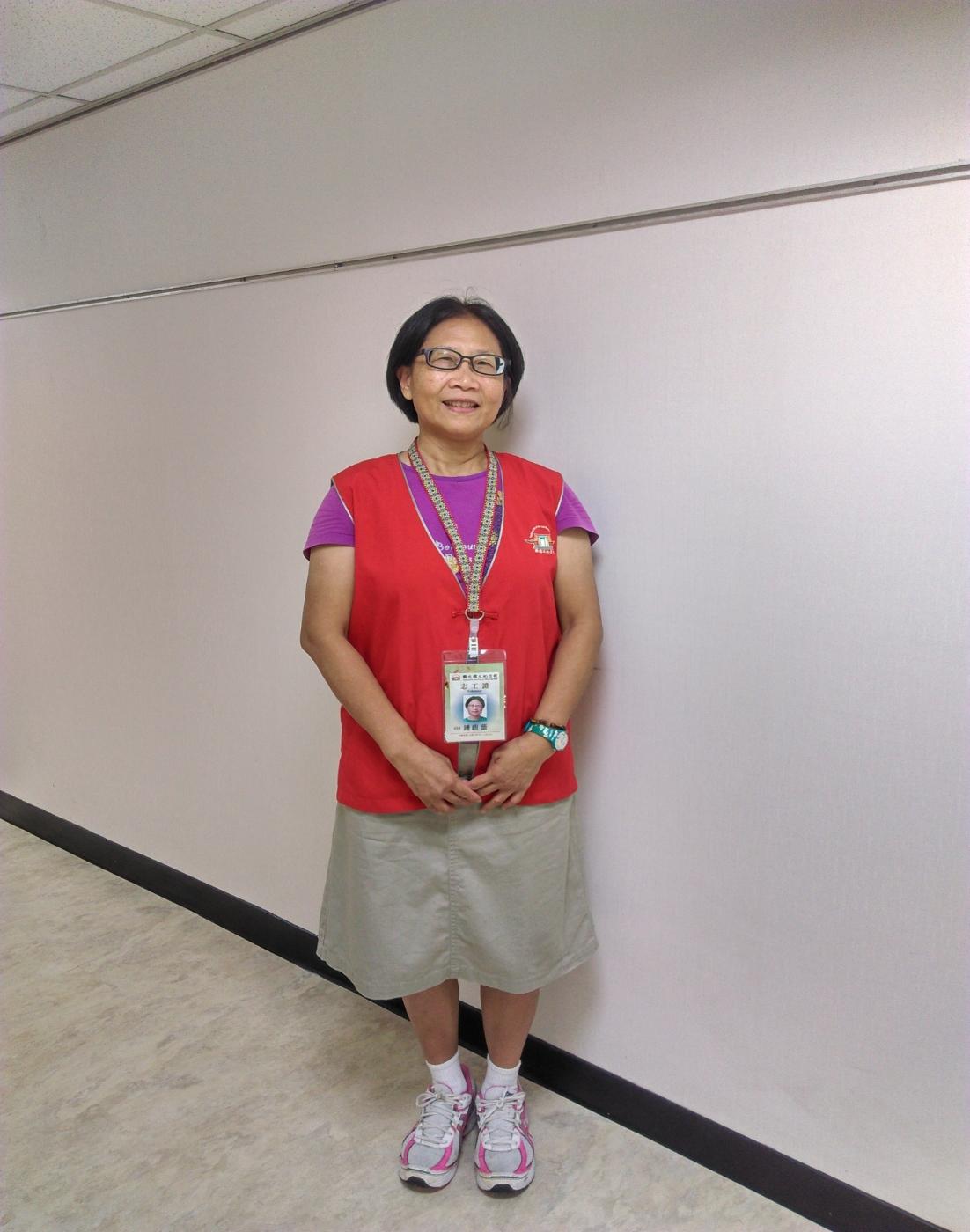 親切的志工大姐照片,穿著紅色背心