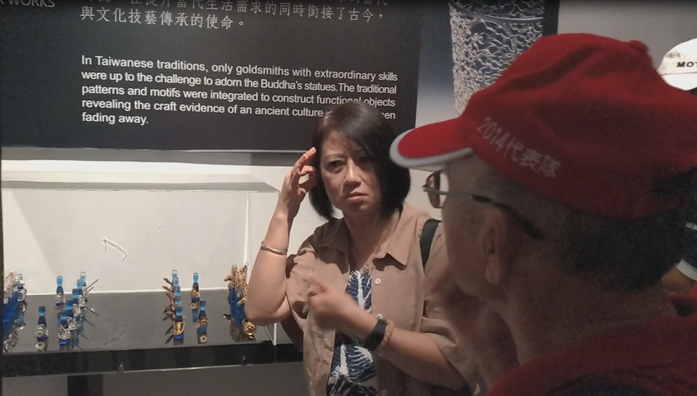 聽障朋友認識以琉璃及細銀材質製作之Yii品牌「楚河.漢界」造形象棋作品