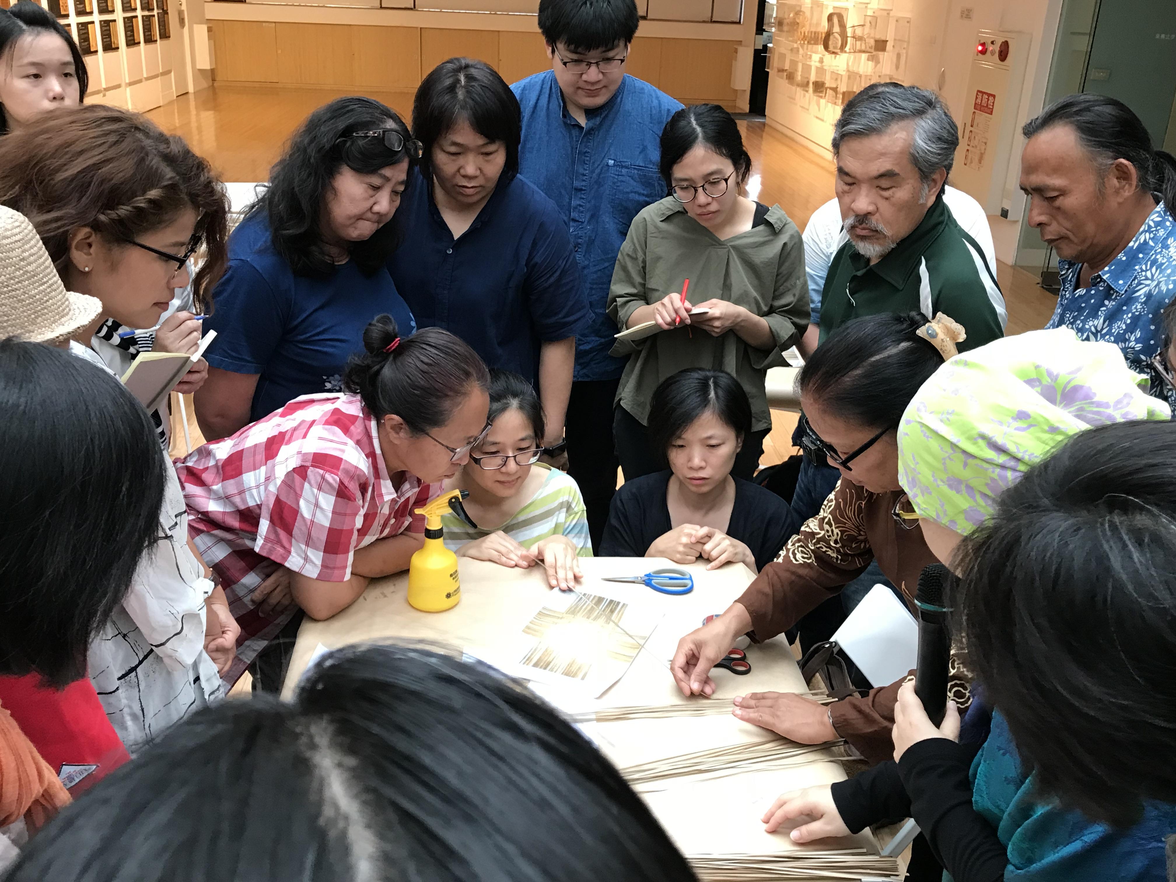 西亞沙勞越地區的伊班族編織藝術家Senia JUGI女士進行編籃教學