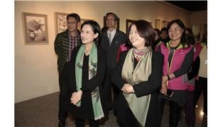 鄭麗君盛讚:「翁金珠鋼筆畫展實踐生活美學藝術及生活」,重現野百合世代精神