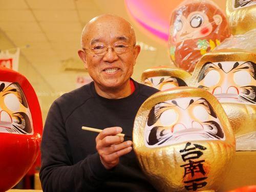 日本のだるま職人、台湾・新竹で絵付け披露 文字入れのサービスも