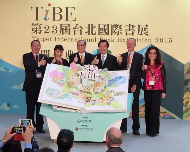 馬総統、台湾生まれの日本人が題材の書籍などを購入 台北書展で