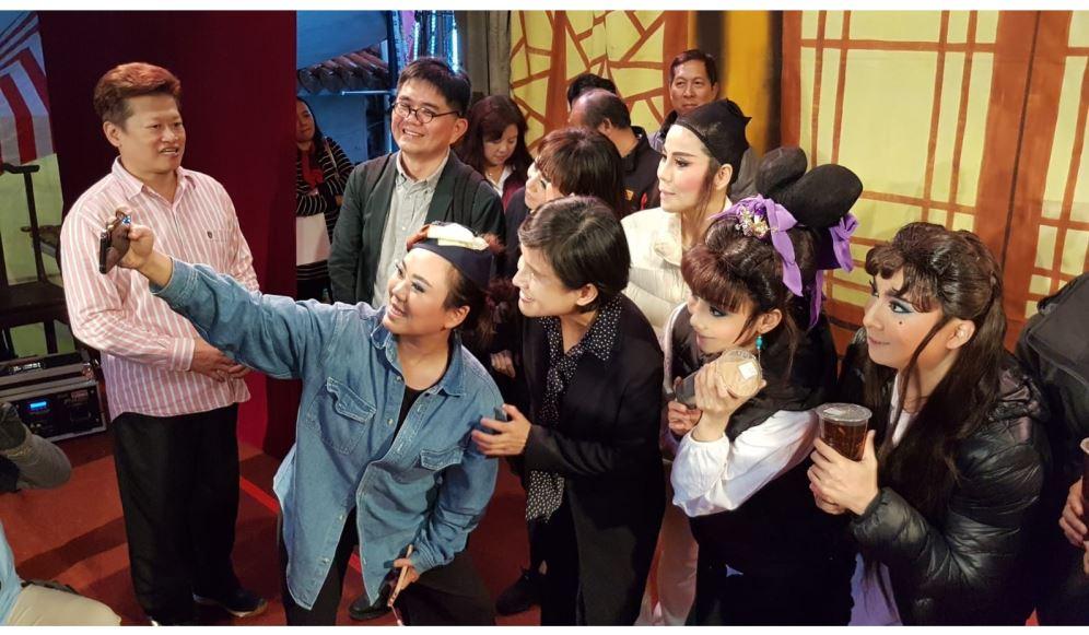 文化部長鄭麗君參訪宜蘭 為蘭陽戲劇團團員加油打氣